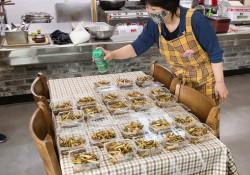 [찾아가는 외식지원사업] 사람과마을 봉사단에서 준비한 반찬으로 맛있게 식…